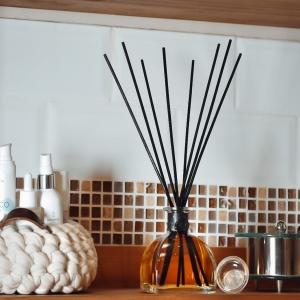 [BOUQUET PARFUMÉ] Nos bouquets parfumés accompagnés de leurs tiges de roseaux laisseront planer dans votre intérieur un doux parfum de nos garrigues méditerranéennes. Recyclable, chaque vase de bouquet parfumé possède sa recharge, mais vous pouvez également combiner les parfums comme bon vous semble, avec 9 fragrances à découvrir.Pour une bonne diffusion du parfum ou pour changer de fragrance, renouvelez régulièrement les tiges de roseaux.Pour un parfum intense, retournez les tiges régulièrement.Pour un parfum léger, n'utilisez qu'une partie des tiges._______________________________________ #Artcade #Boisdecade #Artisanat #Artisanatfrancais #Creationfrancaise #Ecoresponsable #Ecofriendly #Original #Authentique #Naturel #Brut #Passion #Fragrance #Madeinfrance #Nimes #Provence #Since1992