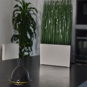 D'une fabrication artisanale de qualité, elles sont réalisées en terre cuite émaillée. En se consumant lentement dans cette lampe, la poudre de Cade libère une fumée délicatement parfumée qui a le pouvoir d'éloigner les insectes et de purifier l'atmosphère. Elle laisse dans votre intérieur un parfum naturel de bois et de Provence. ✨ _______________________________________ #Artcade #Boisdecade #Artisanat #Artisanatfrancais #Creationfrancaise #Ecoresponsable #Ecofriendly #Original #Authentique #Naturel #Brut #Passion #Fragrance #Madeinfrance #Nimes #Provence #Since1992