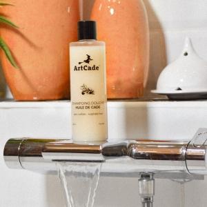Présentation de notre produit cosmétique phare, le Shampoing/Douche enrichie en huile de Cade 🧴Le shampoing douche Huile de Cade d'ArtCade, neutre, au PH physiologiquement adapté et sans sulfates est d'une extrême douceur pour votre peau et vos cheveux. ☁️L'huile de cade peut être utilisée pour traiter différentes affections du cuir chevelu telles que : les pellicules, une production de sébum en excès rendant les cheveux gras ou regraissant vite : elle viendra alors rééquilibrer cette production ; le psoriasis et les mycoses du cuir chevelu ; la chute des cheveux... 💆🏻♀️💆🏻♂️Nos anciens connaissaient bien l'huile de cade qui est très utilisée en pharmacologie et cosmétique pour son action antipelliculaire, assainissante et desquamante, également contre l'excès de sébum (séborrhée) et les démangeaisons du cuir chevelu. Elle redonne brillance et tonus aux chevelures ternes. ✨Avez vous déjà testé ? ⬇️ _________________________________________________#Artcade #Boisdecade #Cade #Artisanat #Artisanatfrancais #Creationfrancaise #Ecoresponsable #Ecofriendly #Original #Authentique #Naturel #Brut #Passion #Fragrance #Encens #Parfumdinterieur #Madeinfrance #Nimes #Provence #Since1992