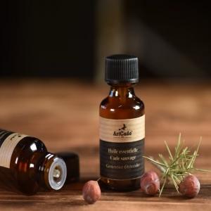 [HUILE DE CADE] Riche en principes actifs, l huile de Cade est reconnue pour ses multiples bienfaits tant en cosmétique qu'en diffusion. Afin de produire une huile d'excellente qualité, nous l'extrayons du cœur du bois de Cade, là même où elle est la plus concentrée. Vient ensuite la distillation à la vapeur d'eau sans aubier ni écorce afin de n'en tirer que le meilleur. C'est pourquoi l'huile de Cade possède cette couleur cuivrée qui lui offre ainsi le surnom d'Or des Garrigues. Protégée des UV dans son nouveau flacon ambré, l'huile de Cade pourra être utilisée dans le traitement de nombreuses affections telle que le Psoriasis, la dermite seborrheique, l'urticaire, la gale ou encore l'eczéma; mais également en diffusion dans nos brûles parfum «Bird Cage» afin d'assainir, de purifier et de libérer ses effluves. ______________________________________ #Artcade #Boisdecade #Artisanat #Artisanatfrancais #Creationfrancaise #Ecoresponsable #Ecofriendly #Original #Authentique #Naturel #Brut #Passion #Fragrance #Madeinfrance #Nimes #Provence #Huiledecade #Cosmetiques #Since1992
